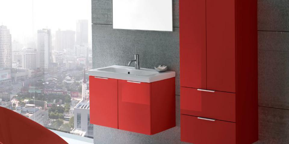 Arredobagno Click sospeso laccato rosso lucido e specchio modello Wap con prese e interruttore.